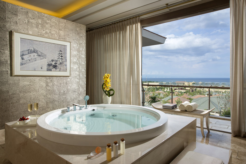 The world s most luxurious hotel bathrooms for Coolest bathrooms in the world